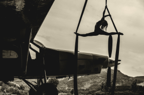miss aerien aurelia chalard calendrier 2016 thierry l. photographie sunset parachutisme skydive center tissu aerien cirque artiste circassien acrobate aerienne feerial aerial silk modele photographe